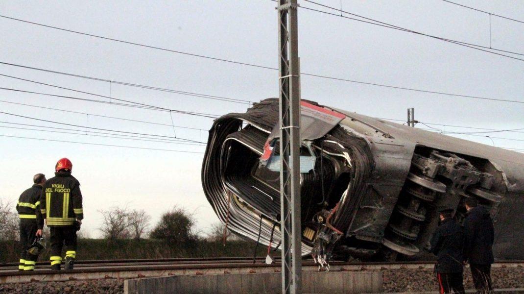 Două persoane au murit în Italia după ce un tren de mare viteză a deraiat.