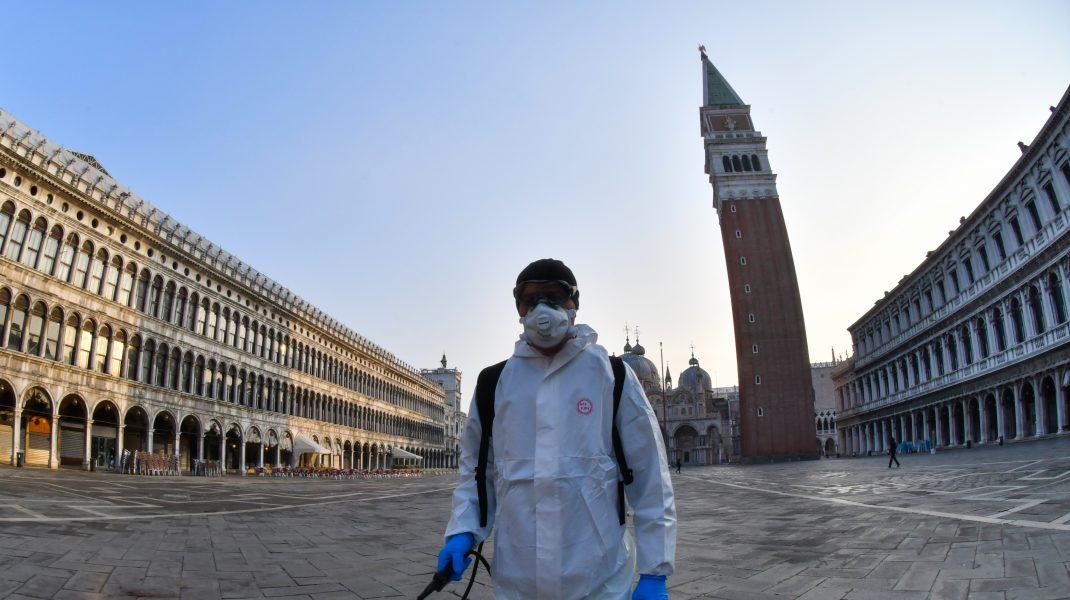 barbat in costum de protectie dezinfecteaza in venetia