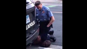 Un bărbat de culoare a murit după ce un polițist alb s-a pus cu piciorul pe gâtul său. Ultimele cuvinte ale victimei. VIDEO