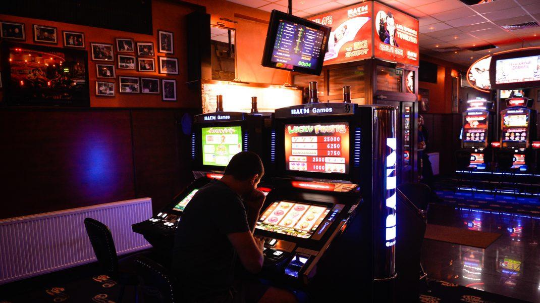 """""""Pasiunea"""", la un alt nivel. Un bărbat, reținut după ce a falsificat euro pentru a juca la slot machines"""