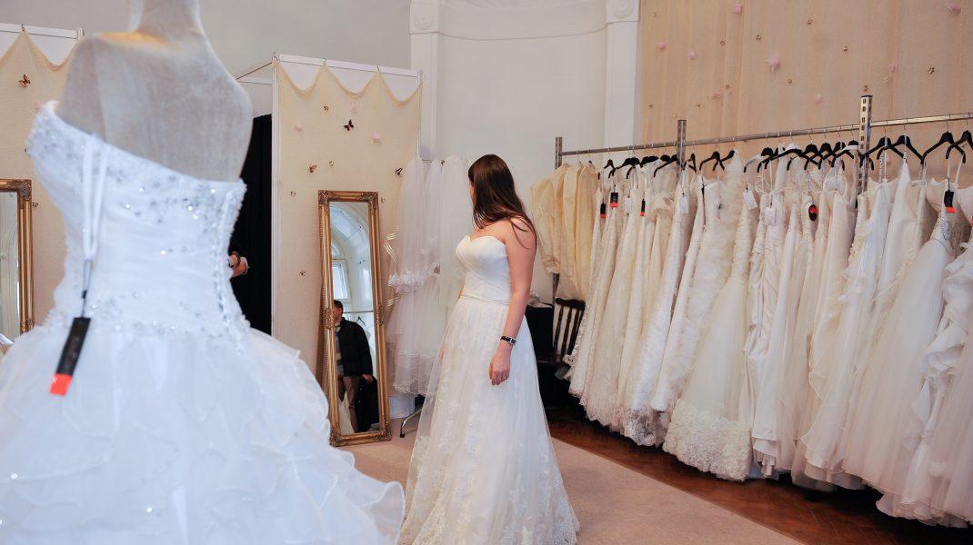 o mireasa probeaza o rochie de nunta