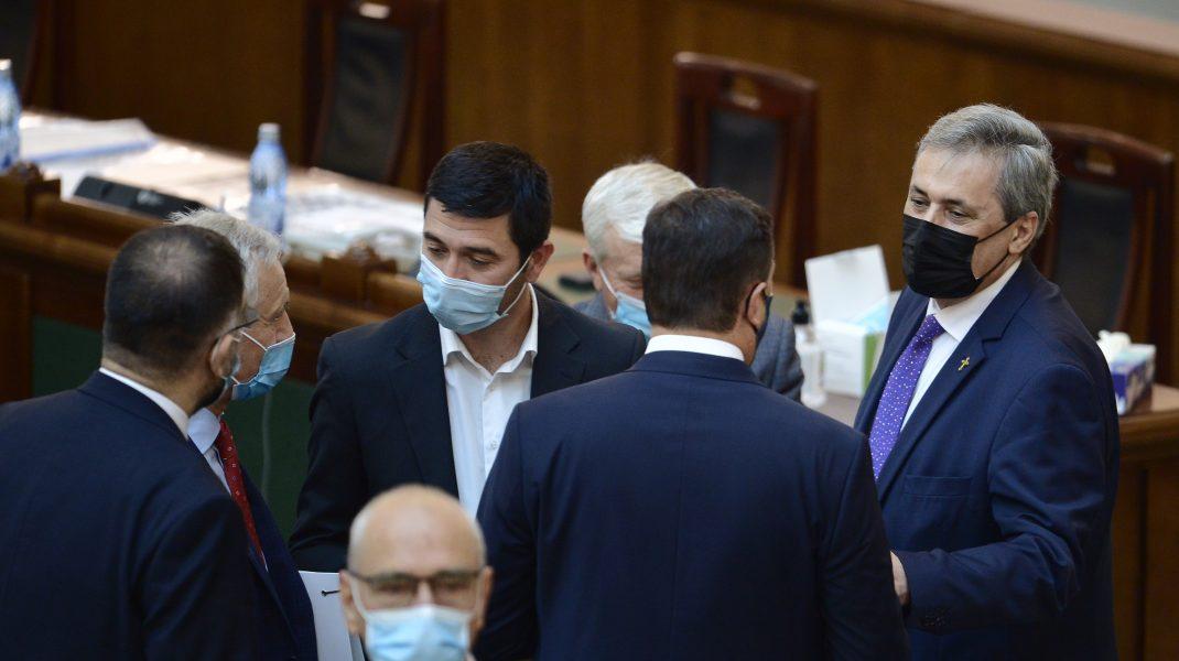 """Moțiunea lui """"Maricel"""" Vela, condimentată cu gafele senatorilor, plictisiţi de dezbatere"""