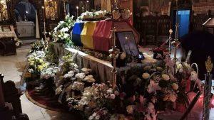 Arhiepiscopul Pimen a fost înmormântat. Sicriul său a fost acoperit cu Drapelul României