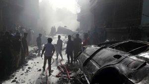 """VIDEO Momentul prăbușirii avionului din Pakistan. Mărturia unui supraviețuitor: """"Totul ardea în jur [...] auzeam doar țipete"""""""