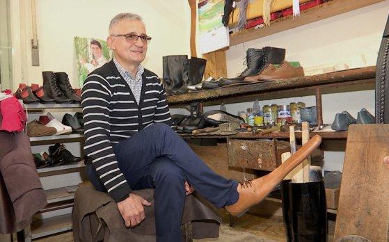 Pantofii care te ajută să respecți distanţarea socială. Măsurile încep de la numărul 70
