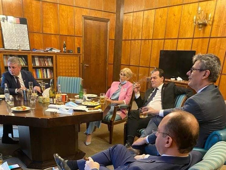 """Cum explică Orban poza virală în care consumă alcool și fumează în sediul Guvernului: """"Dacă am greșit, plătesc amenda"""""""