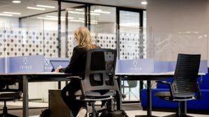 Mobilier smart la Cluj. Știai că există scaunul de birou care îți spune dacă nu ai postura corectă?
