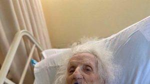 Are 103 ani și s-a vindecat de Coronavirus. Bătrâna din Massachusetts sărbătorește cu o bere rece