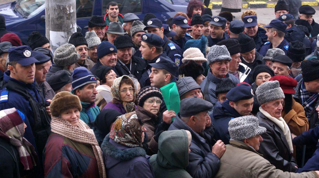 Scandal la Casa de Pensii din București. Peste 100 de oameni așteaptă să intre. Ce spune directorul Casei Judeţene de Pensii