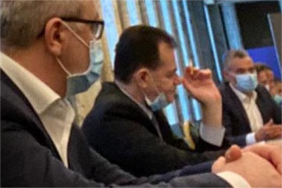 Ludovic Orban, surprins din nou cu țigară și fără mască în spațiu închis