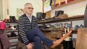 """Un român a inventat pantofii """"de distanțare socială"""". Cât costă o pereche"""