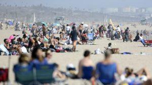 Sute de americani au uitat de restricții și s-au îmghesuit pe plaje