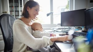 Sondaj. Aproape jumătate dintre românii care au copii spun că lucrează greu de acasă. Ce îi deranjează pe angajatori