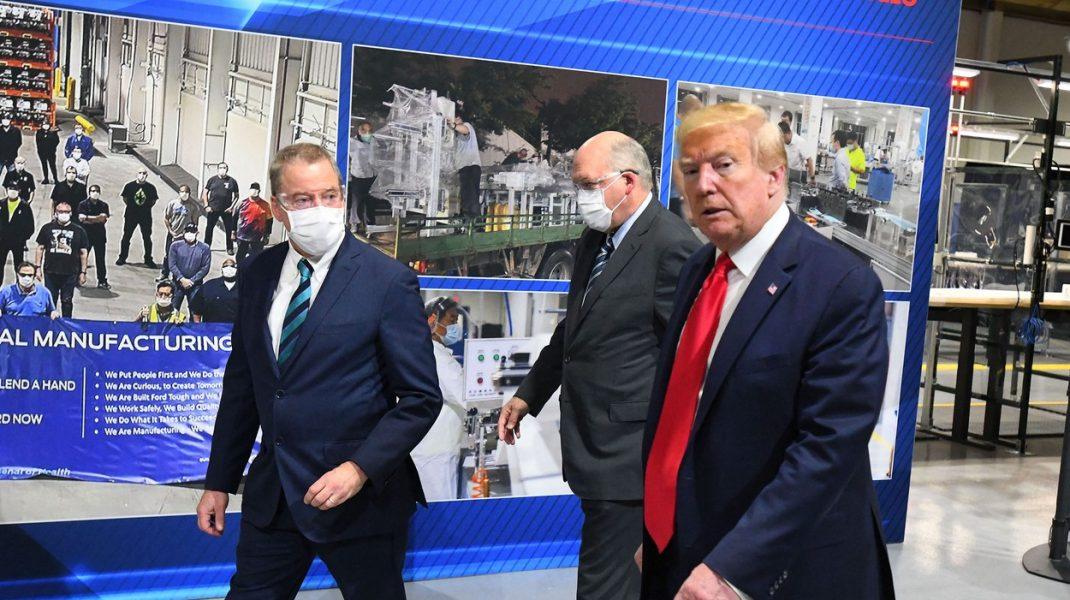 Donald Trump a fost pozat în premieră cu masca de protecție pe față
