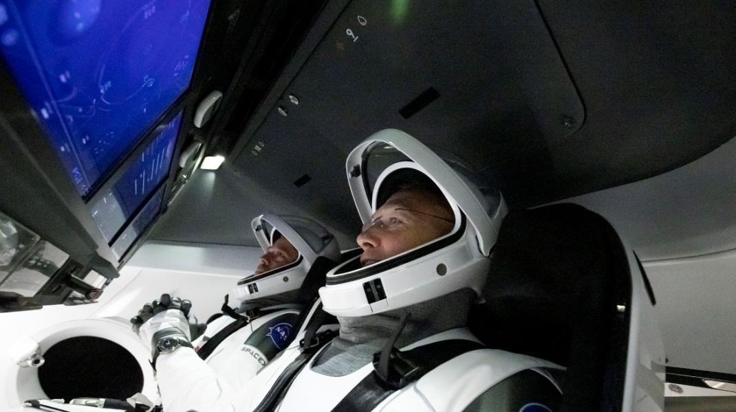 De ce astronauții SpaceX sunt îmbrăcați ca supereroii de la Hollywood