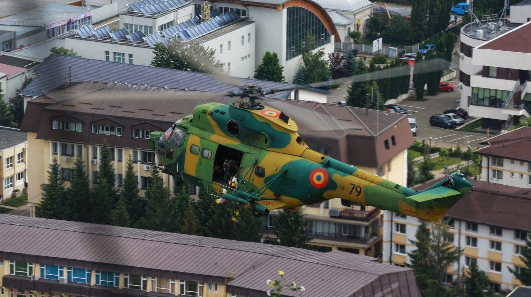 """""""Flori pentru eroii în alb"""", aruncate din avioane survolate în Suceava și Focșani"""