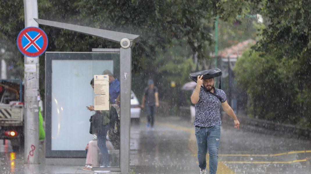 Vreme rea în aproape toată țara: averse torențiale, descărcări electrice și vânt. Cum va fi în București
