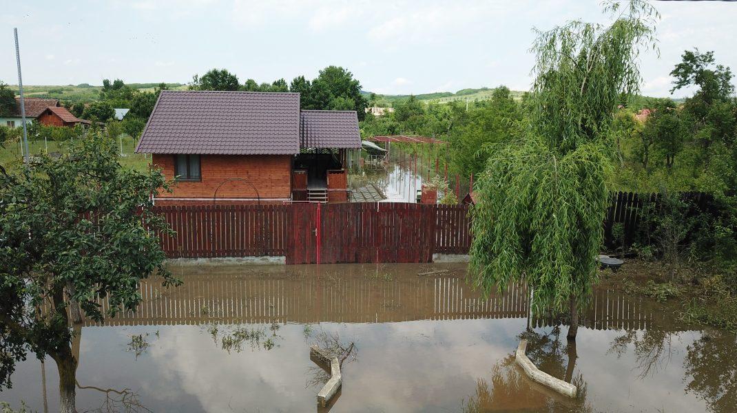 Ploile au făcut ravagii în ultimele 24 de ore. 500 de locuințe inundate și 5 drumuri afectate în 23 de județe