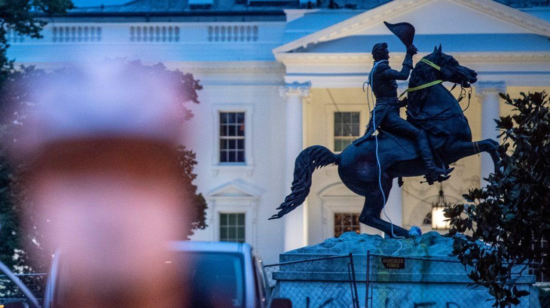 Protestatarii BLM au încercat să distrugă statuia fostului președinte american Andrew Jackson, din apropierea Casei Albe
