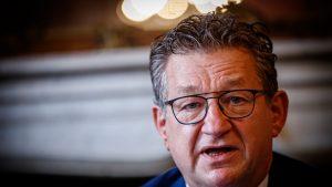 Primarul orașului Bruges a fost înjunghiat în gât, în plină zi. Care este starea primarului și cine este atacatorul