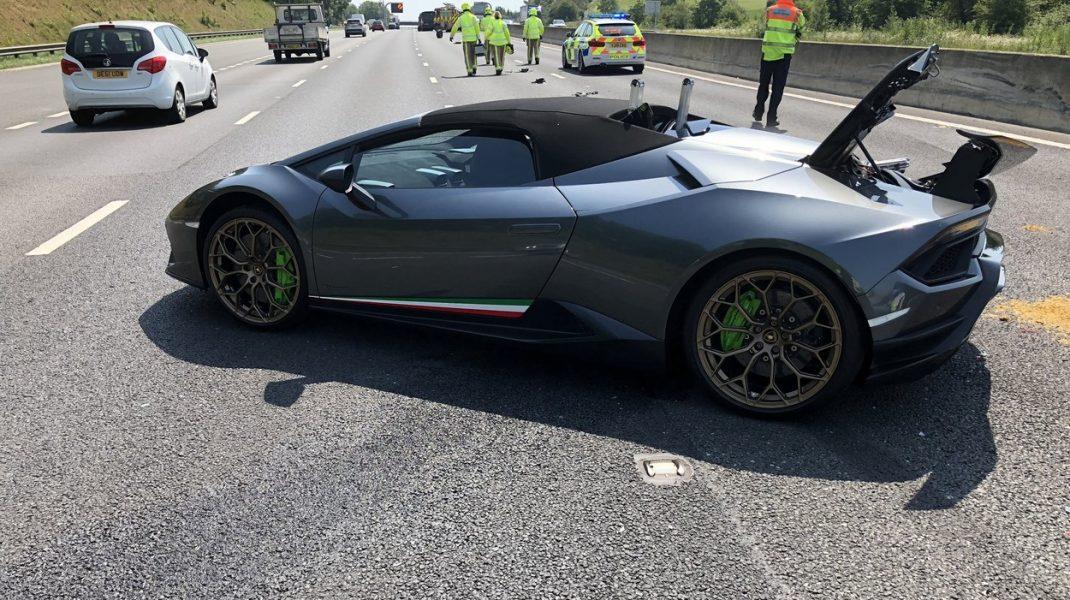 Lamborghini de peste 200.000 de euro, distrus la 20 de minute după ce șoferul l-a scos din showroom