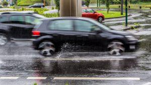 masini care circula prin ploaie.