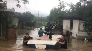 Ploile torențiale din ultimele 24 de ore au inundat sute de curți din 16 județe