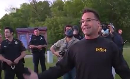Un șerif american s-a alăturat protestatarilor din SUA. Cum au reacționat oamenii