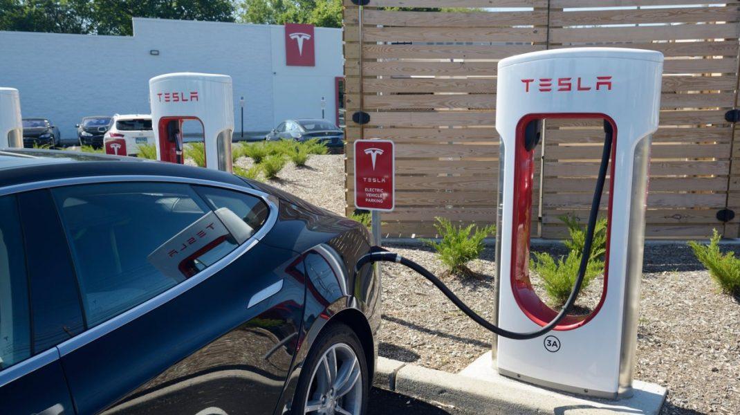 Înmatriculările de automobile electrice au crescut cu aproximativ 30%, în primele patru luni, în România. Care este prețul unei mașini electrice