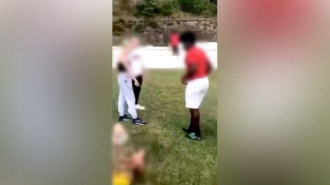 """Doi adolescenți britanici arestați după ce au lovit un afroamerican. """"Îngenunchează și pupă-mi pantofii!"""""""