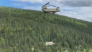 """Momentul în care celebrul autobuz din filmul """"Into The Wild"""" e scos din sălbăticie cu un elicopter"""