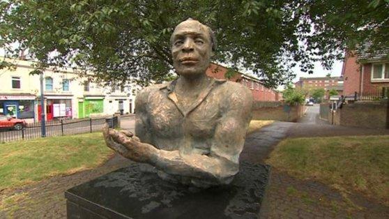 """""""Răspunsul"""" rasist la protestele pentru George Floyd. Singura statuie a unui actor de culoare din Bristol, vandalizată"""