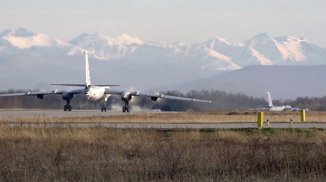 Bombardiere strategice ruse, care pot transporta bombe nucleare, au zburat 11 ore în apropiere de Alaska