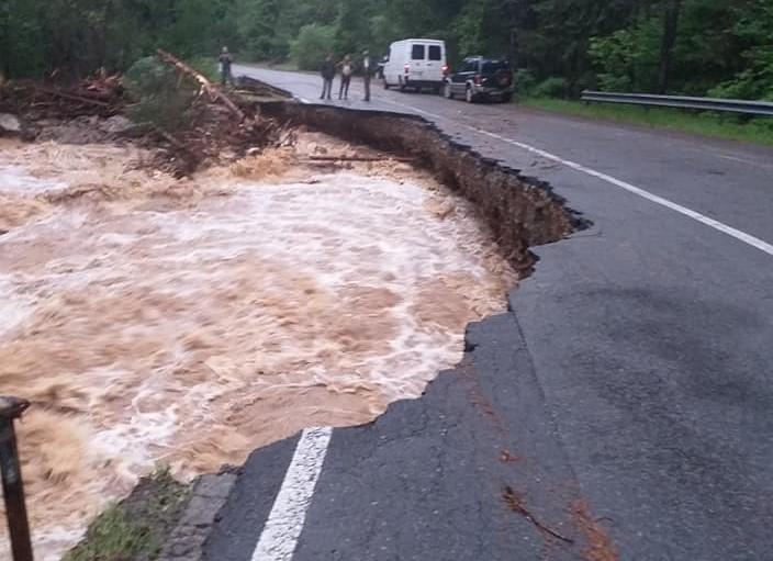 Urmele inundațiilor puternice. Un drum naţional din judeţul Cluj a fost rupt de apeUrmele inundațiilor puternice. Un drum naţional din judeţul Cluj a fost rupt de ape