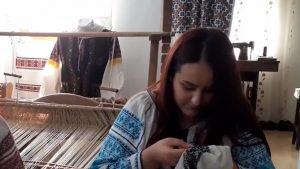 """Povestea Danielei, tânăra din Olt care îşi plăteşte facultatea cu bani din """"comoara"""" moştenită de la bunica"""