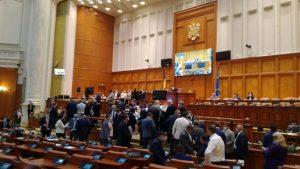 """Parlamentarii au uitat de distanţarea socială. Urna de vot a fost """"de vină"""""""