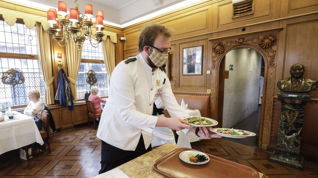 Ministrul Economiei vrea să mai așteptăm redeschiderea restaurantelor: Au cea mai mare probabilitate de infectare