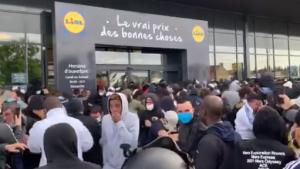 Goana după PS4 la 95 de euro. A fost nevoie de gaze lacrimogene pentru dispersarea mulțimii la deschiderea unui nou Lidl în Franța