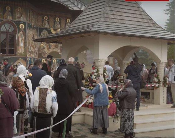 1.500 de oameni din categoriile vulnerabile s-au înghesuit la moaştele părintelui Iustin Pârvu. Au uitat de distanțare. VIDEO
