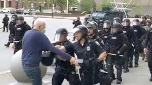Un nou video șochează SUA. Doi polițiști, filmați cum trântesc la pământ un bărbat de 75 de ani.