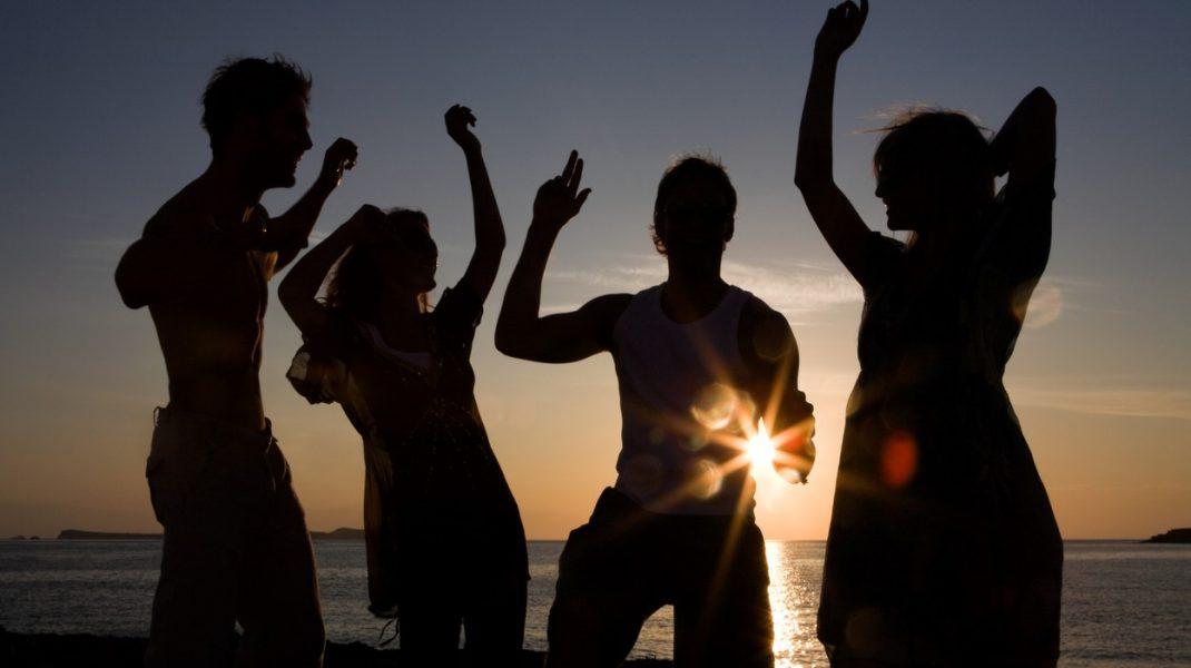 Amenzile nu îi sperie pe petrecăreți. Un nou party pe plaja de la Tuzla, fără respectarea măsurilor de prevenire