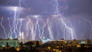 Se anunţă ploi torenţiale, descărcări electrice, vijelii şi grindină în 15 județe din țară