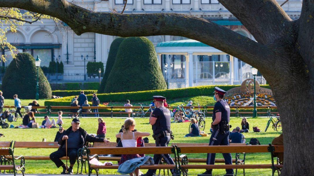 """Amenda primită de un bărbat pentru că a tras un vânt """"intenționat"""" în fața polițiștilor austrieci. Ce spun agenții"""