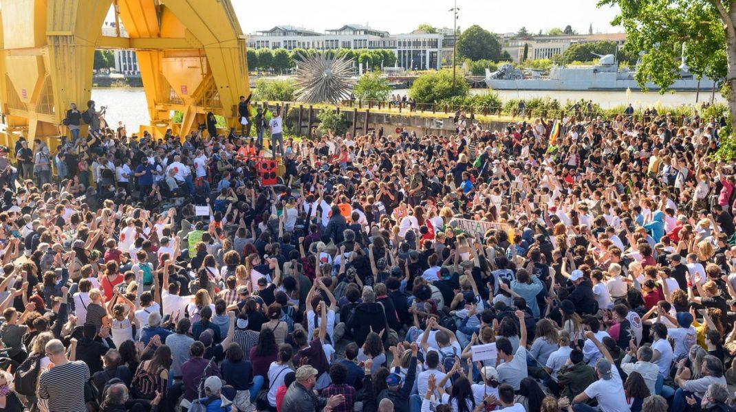 Sfidarea restricțiilor epidemiei de coronavirus: Mii de francezi s-au adunat la un festival anual. VIDEO