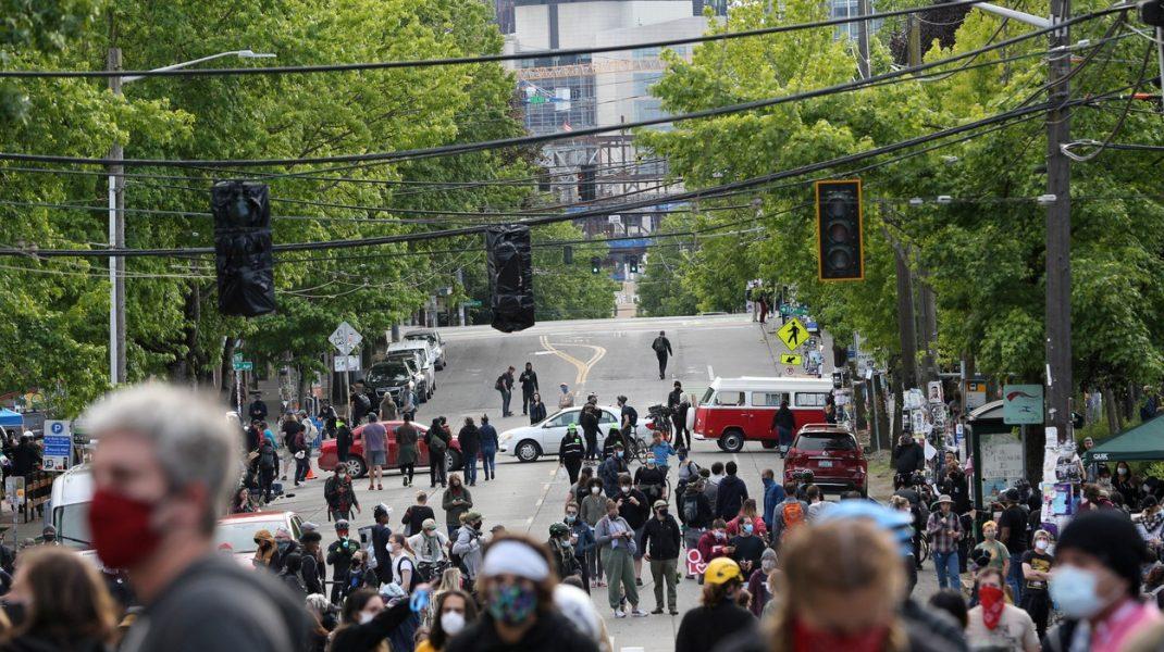 """Un cartier din Seattle, ocupat de protestatari, a fost declarat """"regiune autonomă"""". Polițiștii au abandonat secția. Reacția lui Trump"""