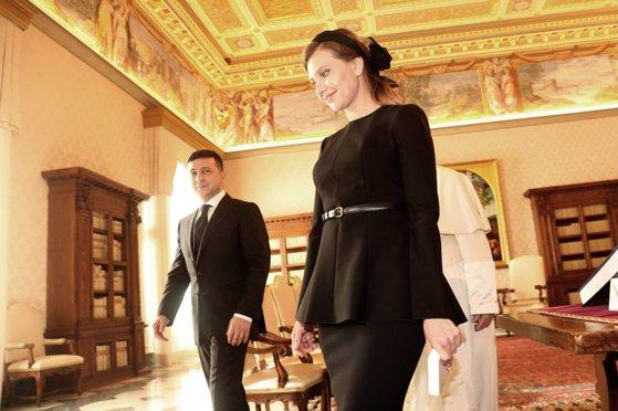 """Soţia preşedintelui Ucrainei, infectată cu noul coronavirus. Zelenski """"își mută biroul"""" acasă"""