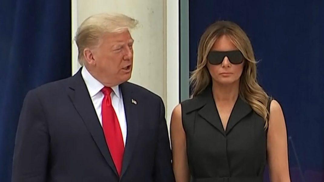 Zâmbetul forțat al Melaniei Trump. Momentul penibil în care președintele îi cere să zâmbească pentru poză