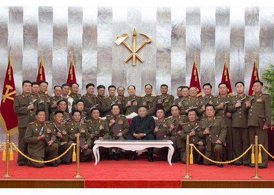 """Aniversarea armistițiului în Coreea de Nord, cu pistoale, dar fără măști: generalii au pozat """"ca niște gangsteri"""" alături de liderul lor, Kim Jong Un"""