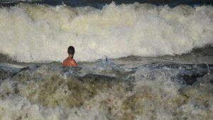 Cod roșu de vijelie în Constanța. Un turist este căutat în larg, în Mamaia Nord