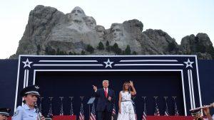 43.000 de îmbolnăviri în 24 de ore, în America, iar Trump sărbătorește Ziua Independenței cu artificii la Rushmore. Masca le-a lipsit